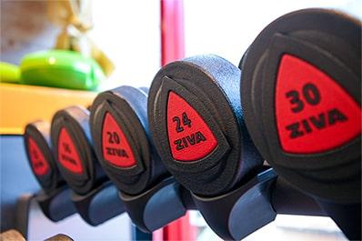 フィットネスジム内のトレーニング器具